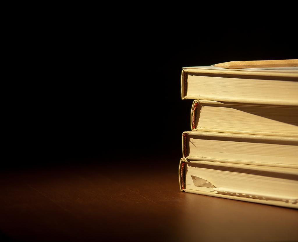 4 livros empilhados